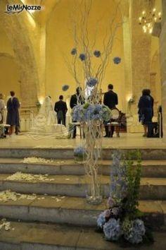 http://www.lemienozze.it/gallerie/foto-fiori-e-allestimenti-matrimonio/img35965.html Allestimento della chiesa con fiori per il matrimonio blu