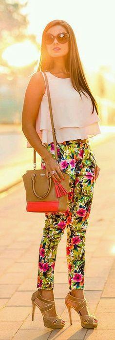 La moda de ahora pantalones de flores crop top   bolso cafe rosa zapatos altos Y unicos