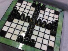 Tablut, juego de mesa nórdico descendiente del Talf, un juego vikingo. Este está hecho de vidrio tanto el tablero como las piezas.