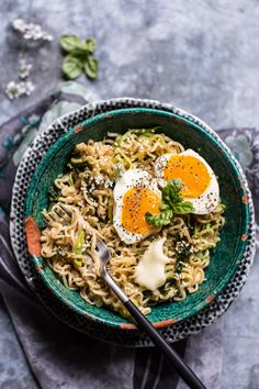 12 Quick and Easy Ways to Upgrade Instant Ramen Add garlic butter and soft-boiled eggs. Get the recipe: garlic butter ramen noodles Ramen Noodle Soup, Ramen Noodles, Garlic Noodles, Zucchini Noodles, Ramen Food, Ramen Broth, Buckwheat Noodles, Noodle Bowls, Vegetarian Recipes