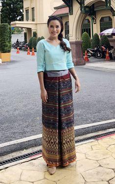 ผ้าไหมตีนจก จ.ราชบุรี Traditional Dresses Designs, Thai Traditional Dress, Traditional Outfits, Batik Dress, Silk Dress, Ethnic Fashion, Asian Fashion, Kebaya Dress, Thai Dress