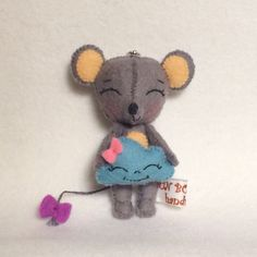 Cute mouse with cloud cushion is about 7 cm tall. Ratoncito de fieltro. Gingermelon pattern