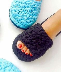 The Cutest Slippers Free Crochet Risultato immagini per espadrilles boots tutorial This is a step by step 48 minu What a beautiful slippers have I found on the Russian website . They had an absolutely astonishing tutorial for these super cute slippers. Crochet Sandals, Crochet Boots, Crochet Baby Shoes, Crochet Slippers, Crochet Clothes, Crochet Flip Flops, Knitting Patterns, Crochet Patterns, Knitting Yarn
