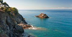 """Sulla cresta dell'onda  TRE GIORNI DA BAIA DEI SARACENI ALL'ISOLA DI GALLINARA  Partenza da Genova per una tranquilla veleggiata verso la Baia dei Saraceni, una delle spiagge di Varigotti, che assomiglia ad una spiaggia tropicale con sabbia fine e bianca e con il profumo di ulivi e limoni che la circondano. Vedremo il """"beachrock"""", una enorme crosta rocciosa che dal bagnasciuga arriva fino a qualche metro dalla riva e ci tufferemo nelle acque cristalline che garantiscono uno scenario unico…"""