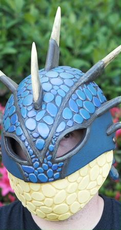 Dragon helm, made of closed cell soft foam. Vidclip Bill shows you how to make a helmet fit for a dragon tamer with EVA foam! He also shows you how to make amazing colors with awesome products from Plaid. Costume Tutorial, Cosplay Tutorial, Cosplay Diy, Simple Cosplay, Astrid Cosplay, Astrid Costume, How To Train Dragon, How To Train Your, Punished Props