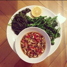 dinner from last night: babyspinach, bimi (broccoli x asparagus) and oven cooked mushrooms with cocktail-tomatoes and onions. seasoned with italian herbs, pepper and lemon