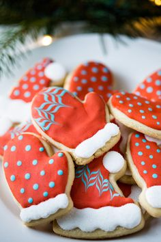 Aren't they adorable?! You can easily make these Hat and Mitten Decorated Cookies, click through to see a tutorial in the post!