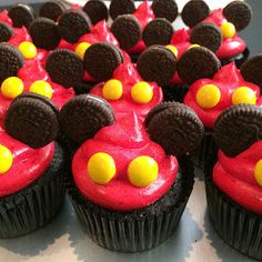 Great idea but use mini marshmallow instead of yellow candy Mickey 1st Birthdays, Mickey Mouse First Birthday, Mickey Mouse Baby Shower, Mickey Mouse Clubhouse Birthday Party, Mickey Mouse Parties, Mickey Party, Mickey Mouse Desserts, 2nd Birthday, Disney Parties