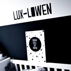 Geweldige naamsticker op de muur van kleine Lux. Ook de boys will be boys sticker is bij ons te bestellen!