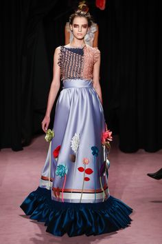 The complete Viktor & Rolf Spring 2018 Couture fashion show now on Vogue Runway.