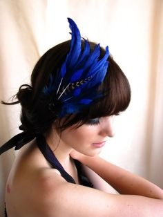 Blue feather headdress facinator with striped feather coque and crystal Pin Up, Feather Hair Pieces, Blue Fascinator, Azul Real, Head Band, Feather Headdress, Feather Headband, Estilo Grunge, Feathered Hairstyles