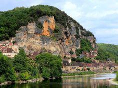 La Roque Gageac (Photo Yves Lemaître) : encadré d'anciens manoirs et couronné de ruines et de falaises le village se reflète joliment dans l...