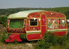 These gorgeous little caravans are the result of their imaginative owners wanting their camping experiences to include some glamping as well. Retro Caravan, Pimp My Caravan, Gypsy Caravan, Gypsy Wagon, Retro Rv, Caravan Paint, Caravan Ideas, Vintage Caravans, Vintage Travel Trailers