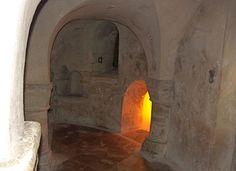 Noirmoutier en l'île: de l'époque mérovingienne il ne reste que la base des murs et les ébrasements des fenêtres murées. Les voutes et les piles qui les supportent datent du XI°s lorsque la crypte a fait partie intégrante de l'église bâtie pour le prieuré de St Philibert. La crypte contient une relique de St Philibert et son tombeau vide, la crypte fut remaniée au 17°s.