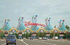 Newest Disneyland entrance Disneyland Paris, Disneyland Images, Vintage Disneyland, Walt Disney Land, Walt Disney World Vacations, Disney Magic, Disney Resorts, Disney Parks, Souvenirs