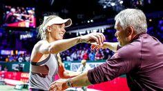 Caroline Wozniacki, der her krammer sin far, Piotr, efter sejren over Venus Williams får ros af alverdens medier.