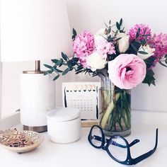 Life file: Weekend Links and Reads Desk Inspo, Desk Inspiration, Home Office Space, Home Office Decor, Home Decor, Office Desk, Office Cubicles, Desk Space, Feng Shui