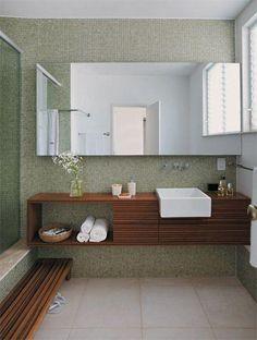 A tonalidade verde oliva da pastilha com a madeira formou uma linda combinação para o banheiro