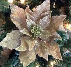 Aprende cómo hacer flores de arpillera para decorar ~ Solountip.com Christmas Flower Decorations, Burlap Christmas Ornaments, Christmas Poinsettia, Diy Christmas Ornaments, Burlap Flowers, Paper Flowers, Woodland Christmas, Burlap Crafts, Trendy Tree