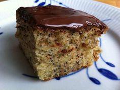 Rychlý a velmi snadný koláč, který si můžete díky našemu receptu upéct, si velmi oblíbíte. Vy i celá Vaše rodina. Vy hlavně kvůli tomu, že je připravený v okamžiku. Vaše rodina si jej zamiluje pro jeho makovou chuť. Koláč není vysušený, ale naopak vláčný. Během20 minut budete mít koláč v troubě