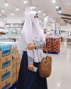 Hijab Niqab, Muslim Hijab, Hijab Chic, Niqab Fashion, Muslim Fashion, Fashion Outfits, Beautiful Muslim Women, Beautiful Hijab, Islamic Girl Images