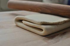 Imprimer la Recette Pâte feuilletée avec thermomix, facile et très rapide pour vos tartes et chaussons ! INGRÉDIENTS 200 g de beurre, préalablement congelé en petits morceaux 200 g de farine 1/2 c. à café rase de sel 90 g d'eau PRÉPARATION Commencez tout d'abord par préchauffer votre four à 200°C. Ensuite mettez tous les …
