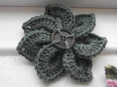 Crocodile stitch crochet flower brooch made by Zozzy123 on Ravelry, made with free pattern by Bonita Patterns.
