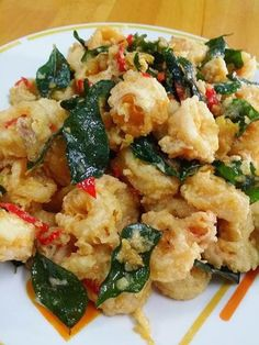 Ingredients: Squid - 600g Tapioca flour Salted egg yolk - 3 Margarine - 2 tablespoons Curry leaves - half handful Red onion - hal...