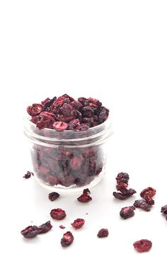 Low carb dried cranberries in a jar Sugar Free Deserts, Sugar Free Recipes, Low Carb Granola, Green Smoothie Cleanse, Keto Holiday, Cranberry Recipes, Fresh Cranberries, Paleo Dessert, Low Carb Desserts