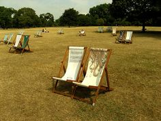 I found these lovely chairs in Hyde Park of London. All of them were stylish, and most of them were grouped in pairs. Are they chairs for lovers?   Sofa ni dep, Mua Sofa nỉ đẹp ở đâu Hà Nội http://soloha.vn/sofa-ni-dep.html