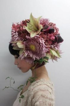 Takaya Hanayushi's floral creations via sho & tell: Flowers In Her Hair. Flower Headdress, Floral Headpiece, Foto Portrait, Arte Floral, Japanese Artists, Belle Photo, Fascinator, Hairdresser, Her Hair