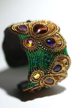 Vert perle broderie Bracelet manchette une fleur par artmargaret