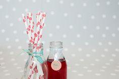 Decoración fiestas. Botellitas de cristal estilo vintage. Pajitas de papel lunares rojos.