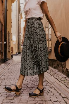 38 Fabulous Midi Skirt Outfits Ideas For Spring And Summer 2020 Midi Skirt Outfit, Midi Skirts, Cute Skirts, Skirt Outfits, Pleated Midi Skirt, Jean Skirts, Denim Skirts, Outfits Jeans, Modest Outfits