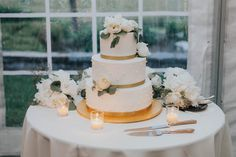 A glamorous Marie Antoinette wedding inspiration shoot at a historic mansion in Denver by Amy Caroline Photography. Southern Wedding Cakes, Summer Wedding Cakes, Seaside Wedding, Wedding Designs, Wedding Styles, Fresh Flower Cake, Fresh Flowers, California Wedding, Southern California