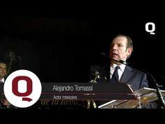 El reconocido actor mexicano, Alejandro Tomassi, recibe con gusto el premio a la excelencia otorgado por Revista Q.