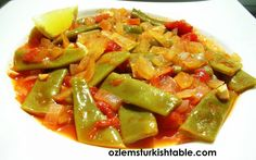 Green beans or runner beans cooked in olive oil with vegetables; delicious, refreshing and healthy as a side or a vegetarian main course Turkish Recipes, Ethnic Recipes, Lamb Kebabs, Vegetarian Main Course, Cooking Tomatoes, Runner Beans, Eastern Cuisine, Sauce Tomate, Cooking Recipes