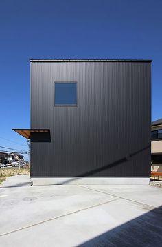 直線的なデザインが美しいガルバリウムの外... - オシャレリビング - Minimal Architecture, Facade, Minimalism, Garage Doors, Outdoor Decor, House, Home Decor, Houses, Decoration Home