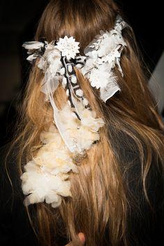En backstage du défilé Rodarte printemps-été 2017 : les accessoires cheveux pour…