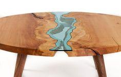 Круглый столик со стеклянной рекой.