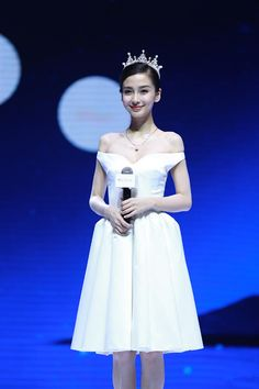 Pin for Later: Angelababy Is a Chinese Superstar Who Could Give Kim Kardashian a Lesson in Style Any Off-the-Shoulder Style Will Make You Feel Like a Princess I Love Fashion, Fashion Show, Fashion Ideas, Balenciaga Dress, Fashion Angels, Yellow Gown, Angelababy, Off Shoulder Fashion, Bridal Looks
