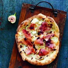 Een Heerlijke Zelfgemaakte Krokante Pizza Met Verse Vijgen Prosciutto Balsamicostroop Op Tafel Een