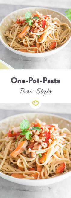 """Dieses schnelle Gericht erinnert an den thailändischen Klassiker """"Pad Thai"""" – viel Gemüse, viel Geschmack. Das Beste: Du musst nur einen Topf spülen!"""