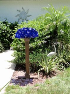 Beer Bottle Tree Cap and Base by GnakedGnomery on Etsy Wine Bottle Trees, Wine Bottle Art, Blue Bottle, Wine Bottle Crafts, Wine Tree, Bottle Garden, Glass Garden, Garden Crafts, Garden Projects