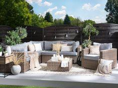 Gezellige, moderne tuinset van polyrotan Deze elegante loungeset in lichtbruin biedt tijdloos mooie luxe met zomerse flair en uitstekend zitcomfort voor maximaal 6 personen. Maak het jezelf gemakkelijk op de uitnodigende brede tuinzetel of de ruime hoekbank, bestaande uit 3 hoekdelen en 2 middenstukken. Deze kunnen tegen elkaar worden geschoven of afzonderlijk worden geplaatst en bieden dus flexibele installatie-opties. De comfortabele zit- en rugkussens hebben een dikke schuimvulling. Garden Furniture, Outdoor Furniture Sets, Outdoor Decor, Lounge Set Rattan, Table Cafe, Modern Patio, Modular Sofa, Furniture Covers, 3 Seater Sofa