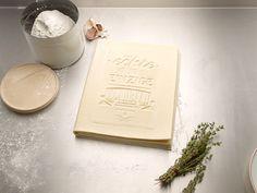 """Recetario Comestible    El despacho de diseño alemán korefe ha creado un """"recetario real"""", el cual es un manual comestible para hacer lasaña clásica. Este es el primer recetario que puedes leer, cocinar y comer."""
