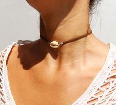 collier ras de cou - collier coquillage cowrie - ras du cou - collier lanière de cuir - collier été - choker necklace - summer necklace