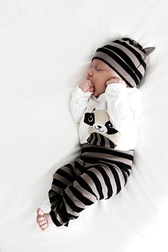 A black, gray and white newborn baby outfits - This would make an adorable newborn photo or birth announcement picture to share with friends and family. Baby Boy Fashion, Fashion Kids, Newborn Fashion, Baby Kind, Baby Love, Baby Baby, Baby Girls, Little Babies, Cute Babies