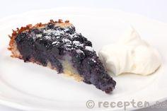 Blåbärskakan serverad med vispad grädde Best Dessert Recipes, Fun Desserts, Cake Recipes, Cake Bites, Baking Flour, Food Cakes, Yummy Treats, Cravings, Food Porn
