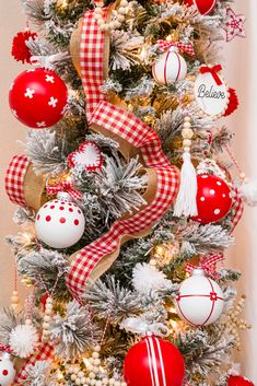 Tree Decorated with Handmade red and white Christmas Ornaments s Diy Christmas Room, Clear Christmas Ornaments, Easy Christmas Decorations, Ribbon On Christmas Tree, Red Ornaments, Cool Christmas Trees, Painted Ornaments, Christmas Tree Toppers, Handmade Christmas
